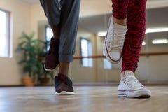 Basse section des amis dansant sur le plancher en bois Images libres de droits