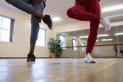 Basse section des amis préparant la danse sur le plancher en bois dur Images libres de droits