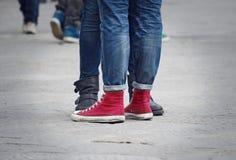 Jambes de couples d'années de l'adolescence Image libre de droits