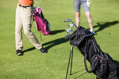 Basse section des couples jouant le golf image libre de droits