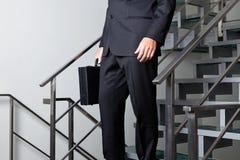 Basse section des escaliers de Walking Down The d'homme d'affaires image stock