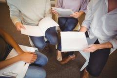 Basse section des gens d'affaires lors de la réunion Images stock