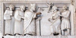 Basse-soulagement représentant les histoires de St Martin, cathédrale de St Martin à Lucques, Italie images stock
