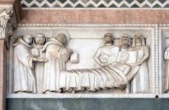 Basse-soulagement représentant les histoires de St Martin, cathédrale de St Martin à Lucques, Italie photographie stock