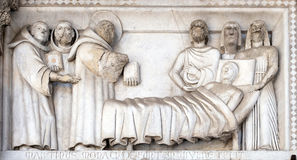 Basse-soulagement représentant les histoires de St Martin, cathédrale de St Martin à Lucques, Italie photographie stock libre de droits