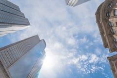 Basse vue d'angle de perspective des horizons de Dallas avec le ciel bleu de nuage photo stock