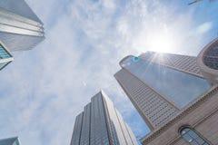 Basse vue d'angle de perspective des horizons de Dallas avec le ciel bleu de nuage photographie stock libre de droits
