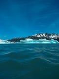 Basse vue des icebergs de glace sur une lagune glaciaire Photo stock