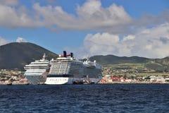 Basseterre, St San Cristobal - 1/24/2018 - la conquista del carnaval, y los barcos de cruceros del equinoccio de la celebridad at fotografía de archivo libre de regalías