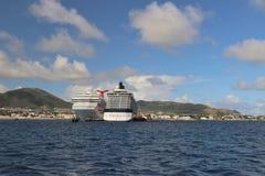 Basseterre, St San Cristobal - 1/24/2018 - la conquista del carnaval, y los barcos de cruceros del equinoccio de la celebridad at fotos de archivo