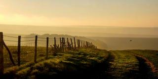 Bassi del sud, una pista del vicolo di East Sussex, Regno Unito, paese che conduce in fotografia stock