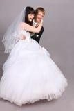 Bassi dello sposo sulla sposa del pavimento in studio Immagine Stock