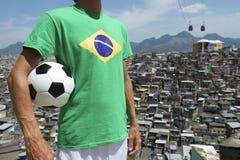 Bassifondi brasiliani di Favela del pallone da calcio del giocatore di football americano Immagine Stock Libera da Diritti