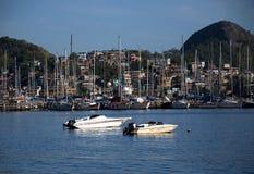 Bassifondi vicino al mare, con le barche e gli yacht ricchi immagini stock libere da diritti