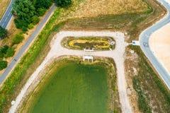 Bassin avant oblique aérien rentré ou bassin de calmer d'un bassin de conservation d'eau de pluie dans un secteur de nouveauté photo libre de droits