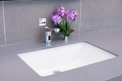 Bassin dans une salle de bains moderne Photos stock