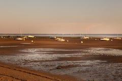 Bassin de Arcachon en la puesta del sol con los barcos en la arena imagen de archivo libre de regalías