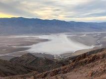 Bassin de Badwater vu de la vue du ` s de Dante, pair de ressortissant de Death Valley photo stock