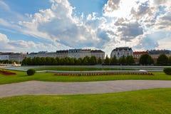 Bassin de l'eau dans le jardin au palais de belvédère à Vienne, Autriche en juillet image stock
