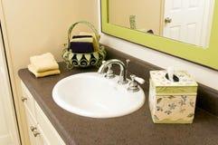 Bassin de salle de bains avec des accessoires Photographie stock libre de droits