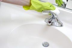Bassin de salle de bains de nettoyage Photo stock