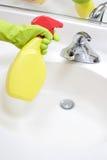 Bassin de salle de bains de nettoyage photographie stock libre de droits