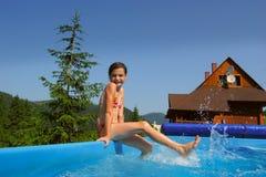 bassin dziewczyn mały bawić się Fotografia Royalty Free
