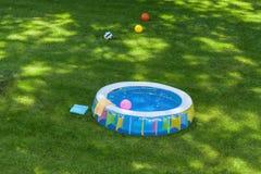 Bassin in een tuin royalty-vrije stock fotografie