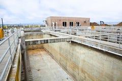 Bassin en différé à une usine de traitement des eaux résiduaires Images stock
