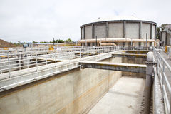 Bassin en différé à une usine de traitement des eaux résiduaires Image stock