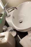 Bassin et compteur de salle de bains dans l'hôtel Photo libre de droits