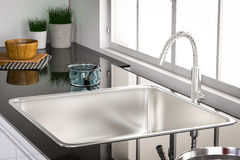 Bassin et robinet de cuisine Photos stock