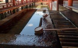 bassin für geistige Reinigung in Itsukushima-Schrein Ist ein shintoistischer Schrein auf der Insel von Itsukushima alias Miyajima stockfotos