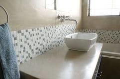 Bassin moderne de salle de bains avec les mosaïques blanches Photographie stock