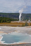 Bassin supérieur de geyser - source de coeur et geyser de lion Photo stock