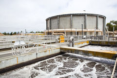 Bassins d'aération à une usine de traitement des eaux résiduaires Photos libres de droits