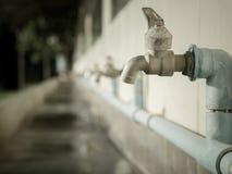 Bassintapkraan in landelijke scholen Tekort aan water royalty-vrije stock afbeeldingen