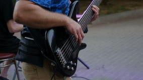 Bassist που παίζει την ηλεκτρική βαθιά κιθάρα, εικόνα επίδρασης απόθεμα βίντεο