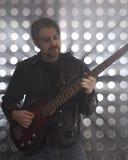 Bassist, der Bass-Gitarre im Rauche spielt Lizenzfreie Stockbilder
