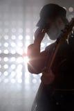 Bassist, der Bass-Gitarre im Rauche spielt Stockfotos