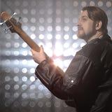Bassist, der Bass-Gitarre im Rauche spielt Stockfotografie