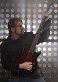 Bassist, der Bass-Gitarre im Rauche spielt Stockbilder