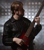 Bassist die een naar maat gemaakte basgitaar spelen Royalty-vrije Stock Foto's
