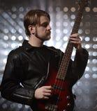 Bassist die een naar maat gemaakte basgitaar spelen Stock Afbeelding