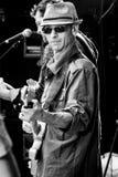 Bassist Joe Azzarello op stadium met blauwband, Jackhammer Stock Fotografie