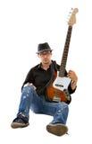 Bassista che gioca sulla priorità bassa bianca Fotografie Stock Libere da Diritti