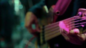 Bassista dell'uomo che gioca chitarra elettrica video d archivio
