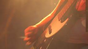 Bassista in scena che gioca basso elettrico archivi video