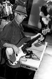Bassiste Joe Azzarello sur l'étape avec la bande de bleus, marteau piqueur image stock