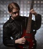 Bassiste jouant une guitare basse faite sur commande Photo libre de droits